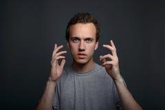 Αστείο ταραγμένο δύσπιστο άτομο κινηματογραφήσεων σε πρώτο πλάνο πορτρέτου που σκέφτεται να φανεί κεκλεισμένων των θυρών που απομ Στοκ εικόνες με δικαίωμα ελεύθερης χρήσης