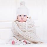 Αστείο χαριτωμένο μωρό που φορά το καπέλο και το τεράστιο πλεκτό μαντίλι στοκ εικόνες