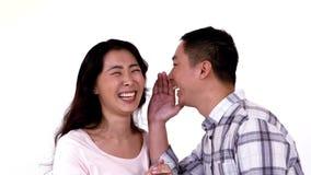 Αστείο ψιθυρίσματος ατόμων στο αυτί φίλων διανυσματική απεικόνιση