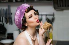 Αστείο όμορφο κορίτσι με τους μάγειρες makeup στην κουζίνα Στοκ εικόνες με δικαίωμα ελεύθερης χρήσης