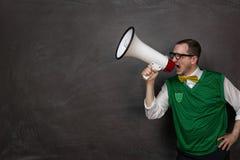 Αστείο nerd που φωνάζει megaphone Στοκ φωτογραφία με δικαίωμα ελεύθερης χρήσης