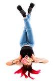 Αστείο redhead κορίτσι που βάζει σε την πίσω με ένα lollipop Στοκ φωτογραφίες με δικαίωμα ελεύθερης χρήσης