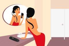 Αστείο selfie της αισθησιακής γυναίκας brunette με το mirrow ελεύθερη απεικόνιση δικαιώματος