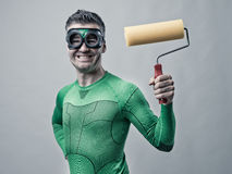 Αστείο superhero με τη ζωγραφική του κυλίνδρου Στοκ Εικόνα