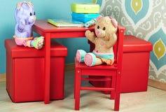 Αστείο Teddy αντέχει το κάθισμα στο βρεφικό σταθμό Στοκ φωτογραφία με δικαίωμα ελεύθερης χρήσης