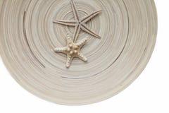 Αστερίας δύο σε έναν ριγωτό ξύλινο κύκλο υποβάθρου Θερμός τόνος Στοκ Φωτογραφίες