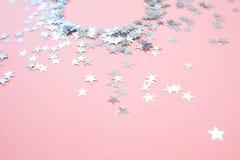 Αστεροειδές κομφετί που διασκορπίζεται σε ένα ρόδινο υπόβαθρο r r στοκ φωτογραφίες με δικαίωμα ελεύθερης χρήσης