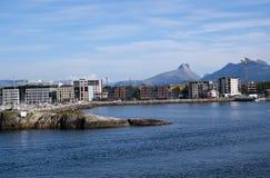 Αστικά σπίτια και εργοτάξια οικοδομής από την πλευρά βουνών στο Bodo Στοκ φωτογραφίες με δικαίωμα ελεύθερης χρήσης