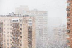 Αστικά σπίτια και χιονοπτώσεις στην πόλη το χειμώνα Στοκ Εικόνες
