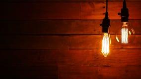 Αστικές αναδρομικές κρεμώντας λάμπες φωτός στο ξύλινο υπόβαθρο απόθεμα βίντεο