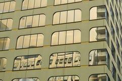 Αστικές αντανακλάσεις στο κτίριο γραφείων Στοκ φωτογραφίες με δικαίωμα ελεύθερης χρήσης