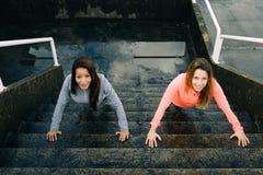 Αστικές γυναίκες ικανότητας που κάνουν την αστική ώθηση UPS workout στα σκαλοπάτια Στοκ Εικόνες