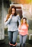 Αστικές γυναίκες ικανότητας που τρέχουν και που αναρριχούνται στα σκαλοπάτια Στοκ εικόνα με δικαίωμα ελεύθερης χρήσης