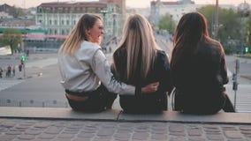 Αστικές κυρίες τρόπου ζωής που κάθονται στο γέλιο σκαλοπατιών φιλμ μικρού μήκους