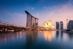 Αστική άποψη της οικονομικής περιοχής σε Σινγκαπούρη στο σούρουπο Στοκ Εικόνες