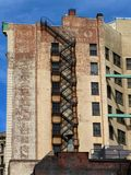 Αστική έξοδος κινδύνου οικοδόμησης τούβλου έμφασης Στοκ εικόνες με δικαίωμα ελεύθερης χρήσης