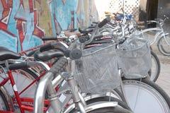 Αστική αναδρομική ποδήλατο, υπηρεσία και ενοίκιο ποδηλάτων Στοκ εικόνα με δικαίωμα ελεύθερης χρήσης