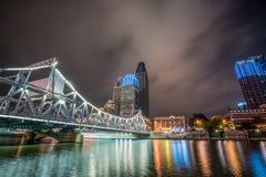 Αστική δραστήρια μητρόπολη γεφυρών νύχτας στοκ φωτογραφία με δικαίωμα ελεύθερης χρήσης