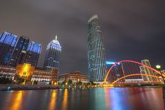 Αστική δραστήρια μητρόπολη γεφυρών νύχτας στοκ φωτογραφίες με δικαίωμα ελεύθερης χρήσης