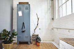 Αστική εκλεκτής ποιότητας ατμόσφαιρα σοφιτών με το ντουλάπι και τις εγκαταστάσεις μετάλλων Στοκ Εικόνα