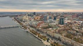 Αστική εναέρια άποψη της πόλης Dnipro κεντρικός στην ακτή του ποταμού Dnieper στοκ φωτογραφία με δικαίωμα ελεύθερης χρήσης