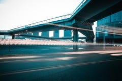 Αστική διατομή γεφυρών για πεζούς και δρόμων της σκηνής νύχτας Στοκ φωτογραφία με δικαίωμα ελεύθερης χρήσης