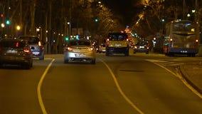 Αστική μεταφορά, αυτοκίνητα που παρατηρεί τους κανόνες κυκλοφορίας για την όμορφη οδό βραδιού απόθεμα βίντεο