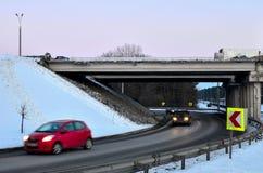 αστική μεταφορά, που περνά κάτω από τον επικίνδυνο, καταστρεμμένος, γέφυρα έκτακτης ανάγκης στοκ φωτογραφία