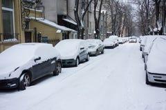 Αστική οδός μετά από τη θύελλα χιονιού καλυμμένο αυτοκίνητα χιόν Στοκ φωτογραφία με δικαίωμα ελεύθερης χρήσης
