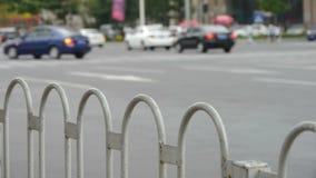 Αστική οδός, κιγκλιδώματα, φράκτης & αυτοκίνητα διατομής φιλμ μικρού μήκους