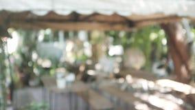 Αστική σκηνή ζωής πρωινού θαμπάδων τραπεζάκι σαλονιού θαμπάδων στο κατώφλι στοκ εικόνες