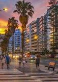 Αστική σκηνή ηλιοβασιλέματος στην παραλία Pocitos, Μοντεβίδεο, Ουρουγουάη Στοκ Εικόνες