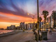 Αστική σκηνή ηλιοβασιλέματος στην παραλία Pocitos, Μοντεβίδεο, Ουρουγουάη Στοκ Φωτογραφίες