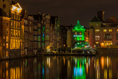 Αστική σκηνή νύχτας που παρουσιάζει κέντρο πόλεων του Άμστερνταμ Στοκ Εικόνα