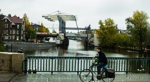 Αστική σκηνή του ποδηλάτη στο Άμστερνταμ Στοκ Εικόνες