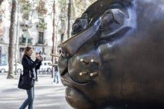 Αστική τέχνη, γλυπτό ` Gato `, από το Fernando Botero Τοποθετημένος Rambla del Raval, περιοχή Ciutat Vella, Βαρκελώνη στοκ εικόνα