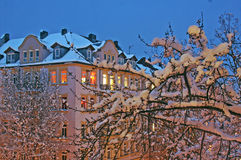 Αστική χειμερινή άποψη το βράδυ Στοκ φωτογραφία με δικαίωμα ελεύθερης χρήσης