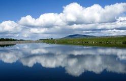 Αστικοί λίμνη και ουρανός Στοκ φωτογραφία με δικαίωμα ελεύθερης χρήσης