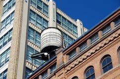 Αστικοί πύργοι και στέγες νερού πόλεων της Νέας Υόρκης Στοκ Εικόνα