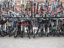 Αστικός εξωτερικός χώρος στάθμευσης ποδηλάτων σε δύο γέφυρες Στοκ Φωτογραφία