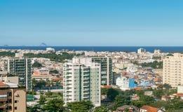 Αστικός ορίζοντας παραλιών στο Ρίο ντε Τζανέιρο Ολοκλήρωση μεταξύ της φύσης και αστικός στοκ εικόνες