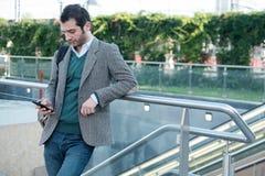 Αστικό άτομο που καλεί το τηλέφωνο Στοκ φωτογραφίες με δικαίωμα ελεύθερης χρήσης