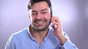 Αστικό επιχειρησιακό άτομο που μιλά στο έξυπνο τηλέφωνο φιλμ μικρού μήκους