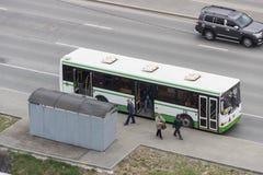 Αστικό λεωφορείο επιβατών στη στάση λεωφορείου Στοκ Εικόνα