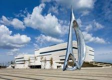 Αστικό κέντρο έκθεσης ενάντια σε έναν μπλε ουρανό με τα δραματικά σύννεφα, Yantai, Κίνα στοκ εικόνες με δικαίωμα ελεύθερης χρήσης