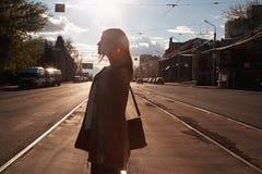 Αστικό κορίτσι που ξεχωρίζει από το πλήθος σε μια οδό πόλεων Στοκ φωτογραφίες με δικαίωμα ελεύθερης χρήσης