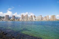Αστικό πανόραμα της προκυμαίας Waikiki με τα κτήρια και τη μαρίνα στοκ εικόνες με δικαίωμα ελεύθερης χρήσης