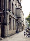 Αστικό πεζοδρόμιο οδών με τα κτήρια, άκρη του δρόμου της οδού πόλεων, άποψη οδών της Κίνας Στοκ Φωτογραφίες