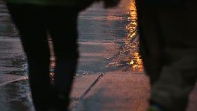Αστικό πεζοδρόμιο, δυνατή βροχή απόθεμα βίντεο