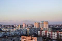Αστικό πολυόροφο κτίριο κτηρίων Πολυκατοικίες στην κορυφή Γκρίζα κτήρια Μινσκ Στοκ φωτογραφία με δικαίωμα ελεύθερης χρήσης